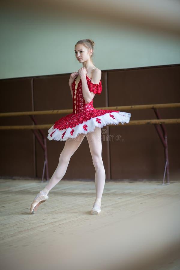 Młoda balerina w taniec klasie Portret w pełnym przyroscie f obrazy stock