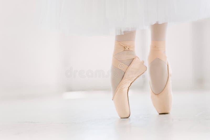 Młoda balerina, zbliżenie na nogach i buty, stoi w pointe pozyci fotografia stock