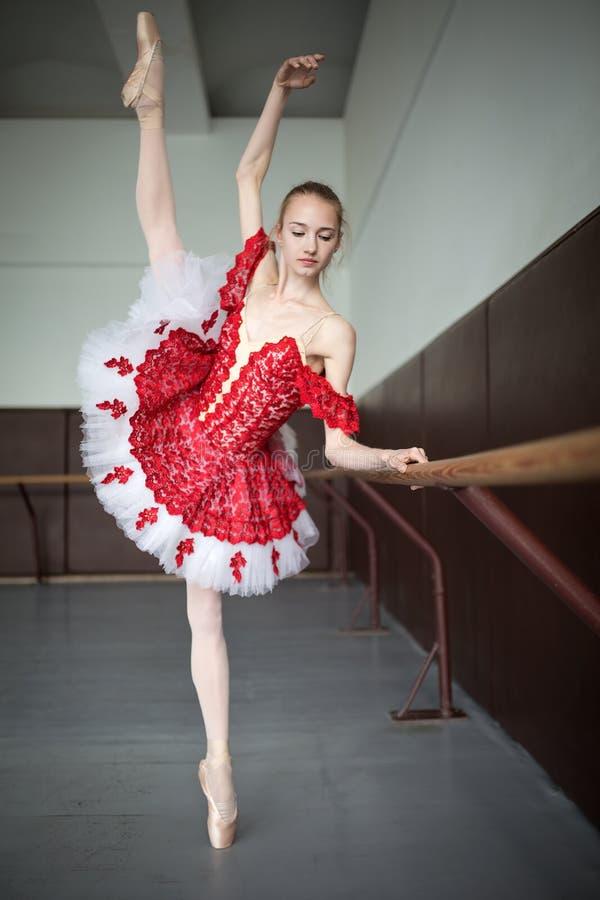 Młoda baleriny pozycja na jeden nodze na twój palec u nogi w pointe i d zdjęcia royalty free