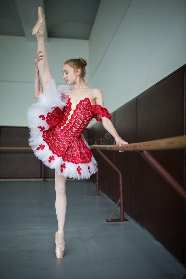Młoda baleriny pozycja na jeden nodze na twój palec u nogi w pointe i d obraz stock
