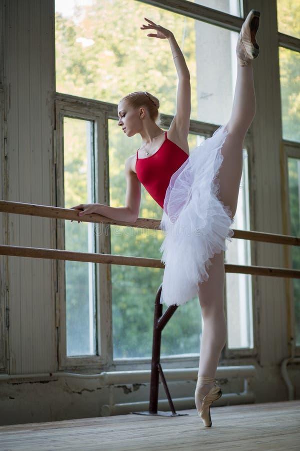Młoda baleriny pozycja na jeden nodze na twój palec u nogi w pointe i d zdjęcia stock