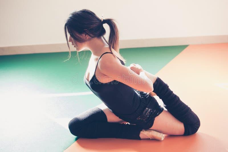 Młoda baletniczego tancerza kobieta robi rozciąganiu fotografia stock