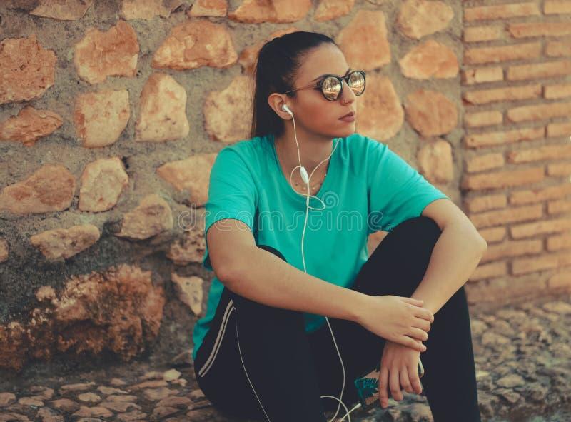 Młoda biegacz dziewczyna ma przerwę fotografia royalty free