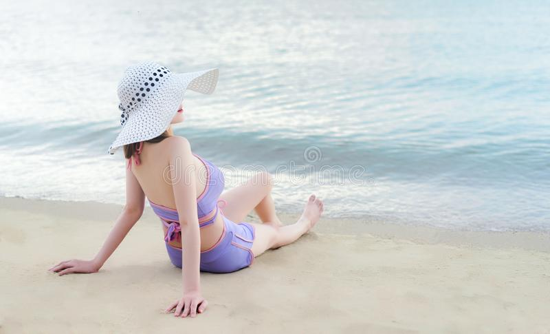 Młoda bikini dziewczyna z Hawaii kapeluszem zdjęcie royalty free