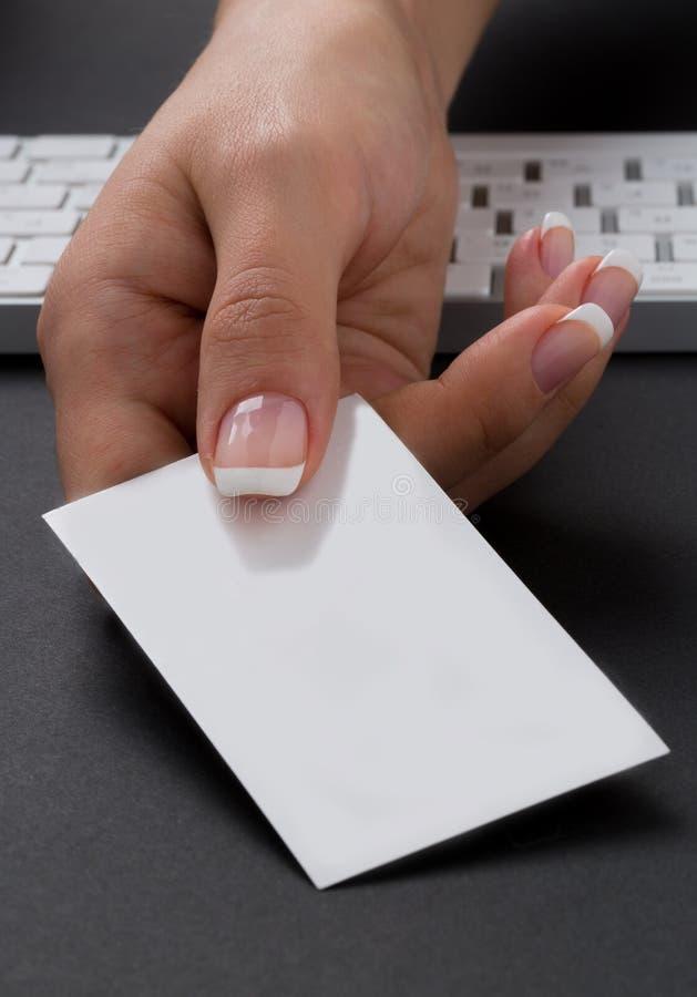 Młoda biurowa kobieta daje pustej biel karcie zdjęcia stock