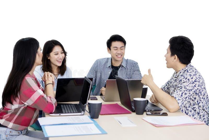 Młoda biznes drużyna ma dyskusję na studiu fotografia royalty free