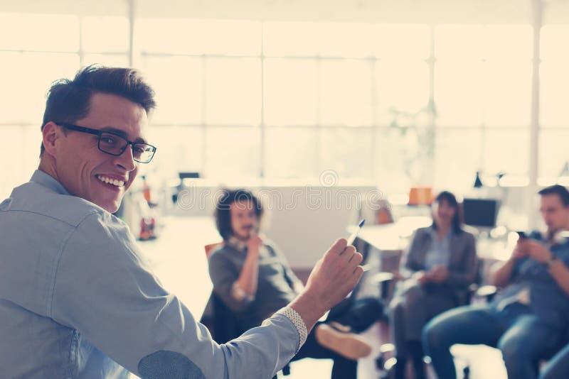 Młoda biznes drużyna Przy spotkaniem przy nowożytnym budynkiem biurowym zdjęcie stock