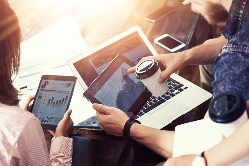 Młoda biznesmen drużyna Analizuje Finansowego Online diagrama raportu Elektronicznych gadżety Coworkers Cyfrowego Początkowy proj zdjęcie stock