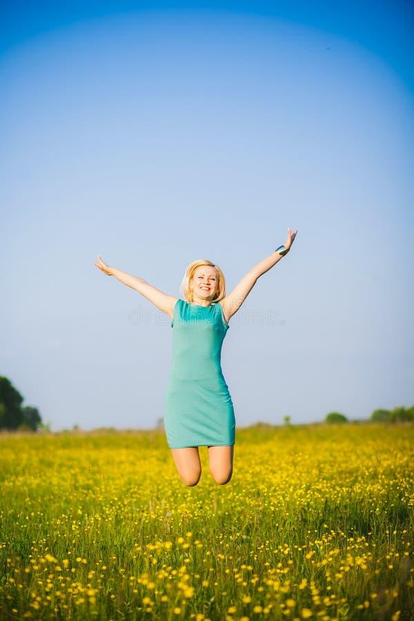 Młoda biznesowa kobieta świętuje jej sukces outside po mocno fotografia stock