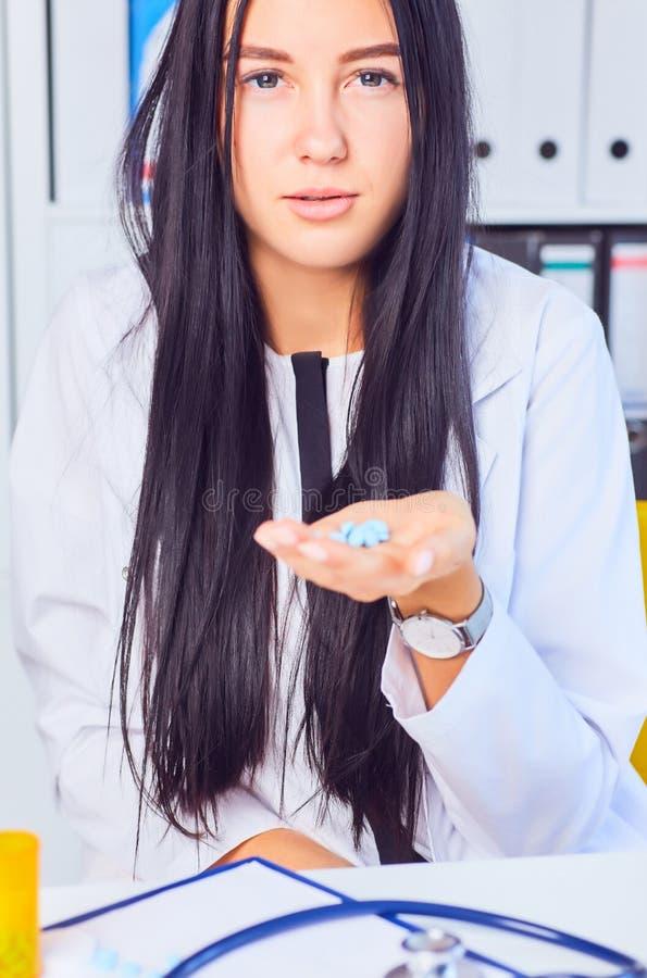 Młoda biznesowa kobieta bierze medycynę w stresującej sytuaci przy miejscem pracy Kobieta konsultuje na telefonie z jej lekarką obraz stock