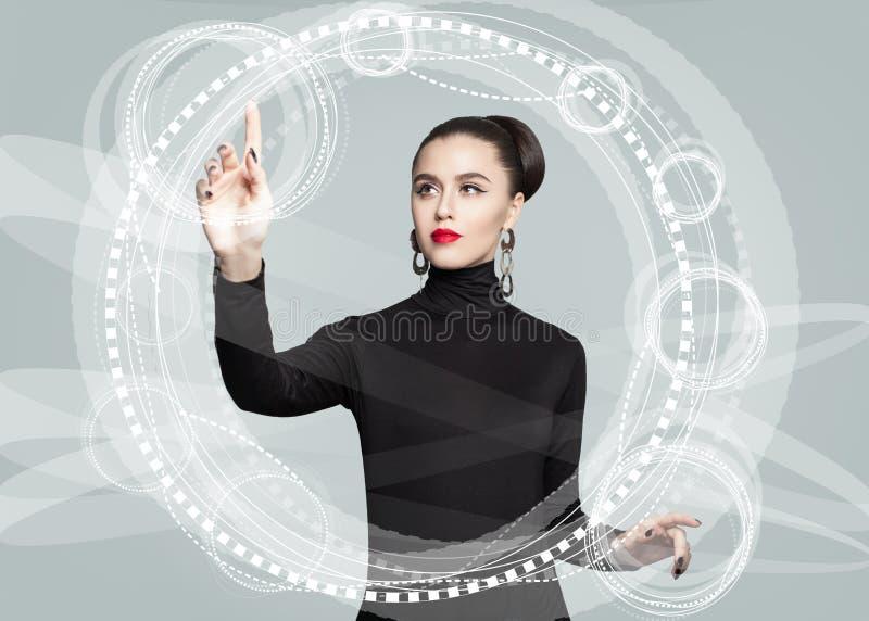 Młoda biznesowa kobieta dotyka wirtualnego lekkiego pokazu zdjęcie royalty free