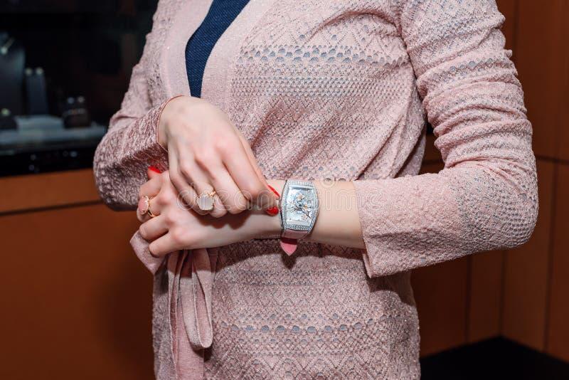 Młoda biznesowa kobieta jest ubranym luksusowego zegarek i cenną biżuterię Eleganccy dam akcesoria zdjęcia royalty free