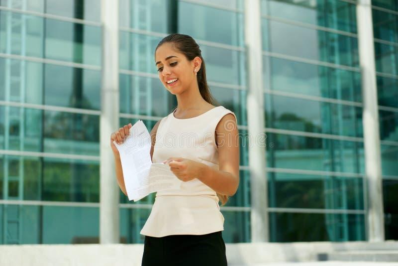 Młoda Biznesowa kobieta Odprawia Jej Akcydensowego Drzeje kontrakt zdjęcia royalty free