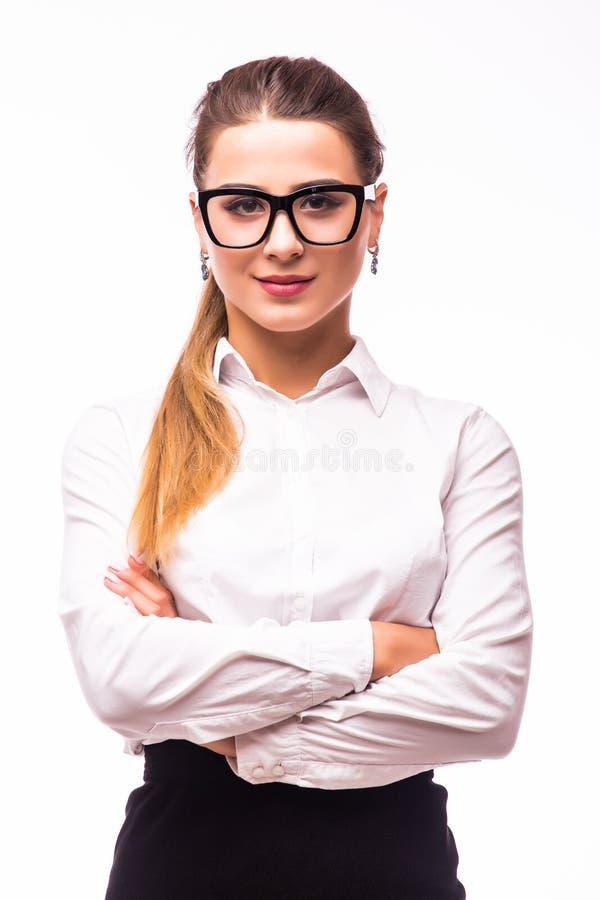 młoda biznesowa kobieta ono uśmiecha się, stojący z rękami krzyżować nad białym tłem obraz stock