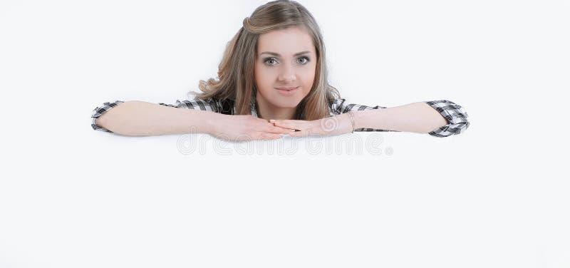 Młoda biznesowa kobieta polega na wielkim pustym plakacie obraz royalty free