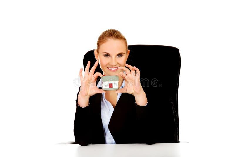 Młoda biznesowa kobieta przedstawia domowego modela obraz stock