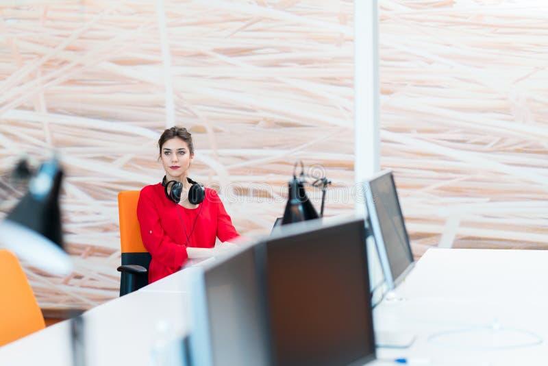 Młoda biznesowa kobieta przy nowożytnym początkowym biurem obraz stock