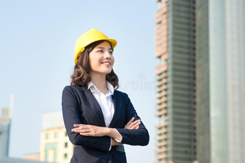 Młoda biznesowa kobieta używa pastylkę w ulicie z biurowymi bu zdjęcia royalty free