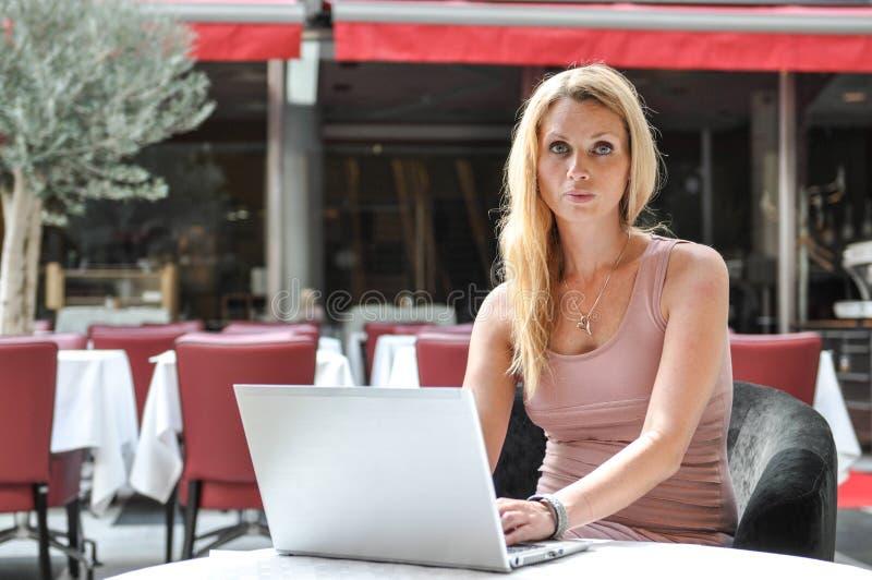 Młoda Biznesowa Kobieta Używa Podołka Wierzchołek Zdjęcia Royalty Free