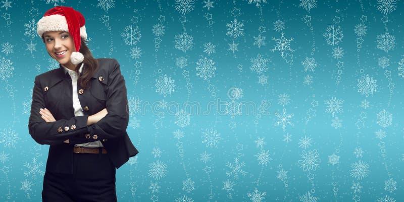 Młoda biznesowa kobieta w Santa kapeluszowej pozyci nad zimy backgroun zdjęcia stock