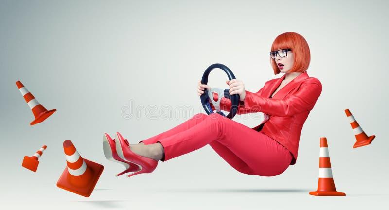 Młoda biznesowa kobieta w szkło kierowcy samochodzie z kołem, kobieta na drodze fotografia stock