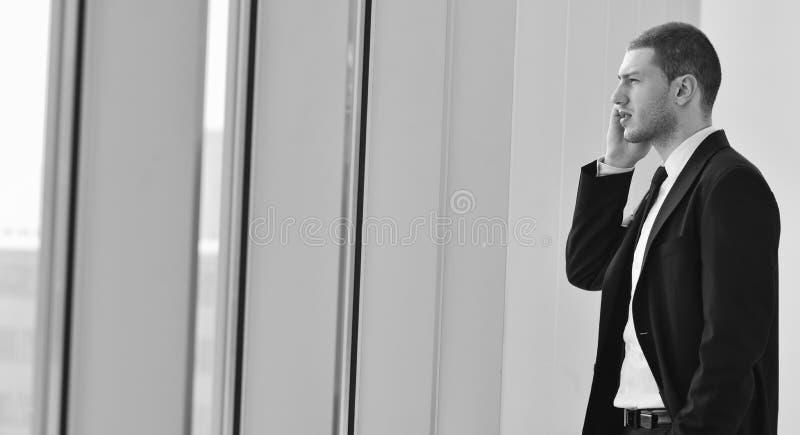 Młoda biznesowego mężczyzna rozmowa telefon komórkowy obrazy stock