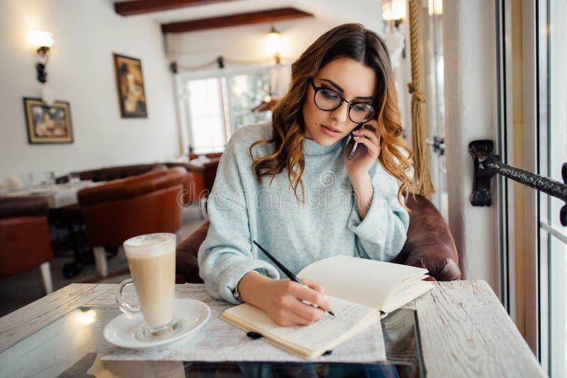 Młoda biznesowej kobiety wiodąca biznesowa rozmowa na telefonie fotografia stock
