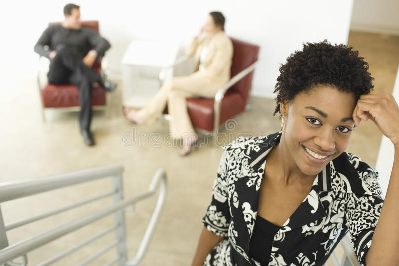 Młoda bizneswoman pozycja Na schody zdjęcie royalty free