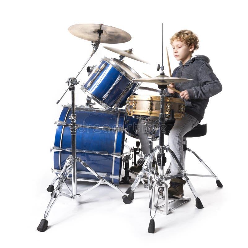 Młoda blond caucasian chłopiec przy drumset w studiu fotografia royalty free