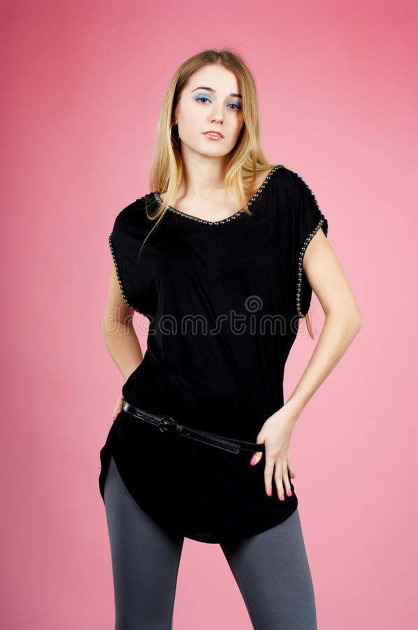 Młoda blond dama w czerni sukni obraz stock