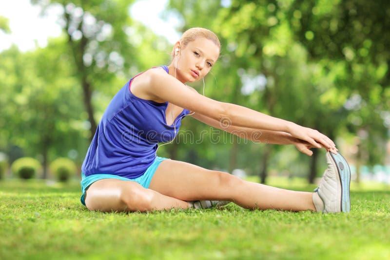 Młoda blond kobieta ćwiczy w parku zdjęcia royalty free
