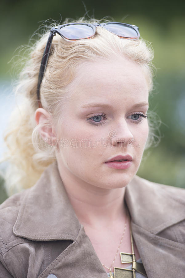 Młoda blond kobieta osamotniona i rozważna fotografia royalty free