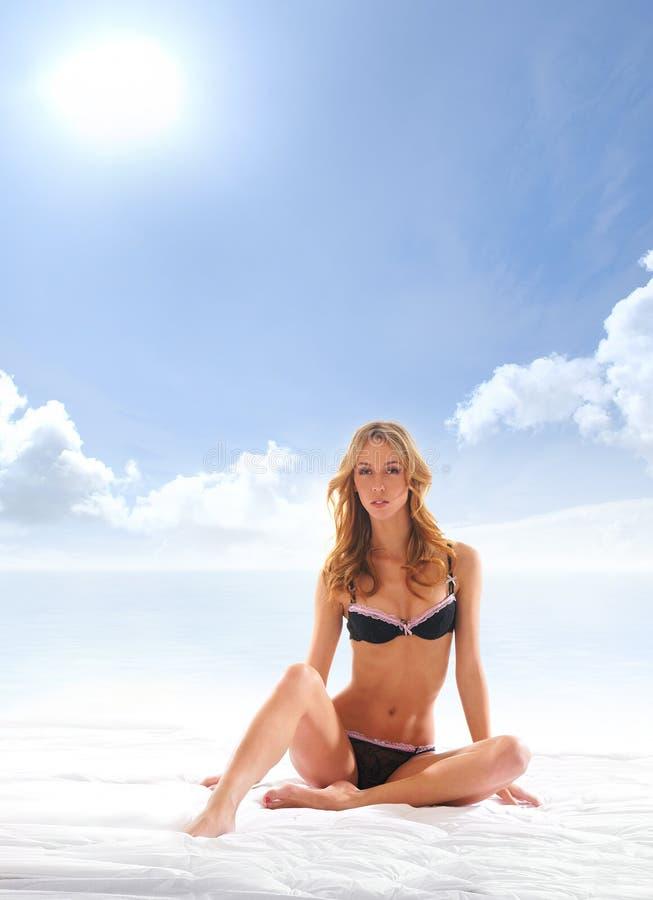 Download Młoda Blond Kobieta Pozuje W Białej Bieliźnie Obraz Stock - Obraz złożonej z wolność, tło: 28964897