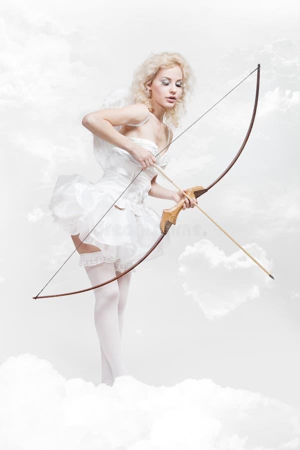 Młoda blond kobieta w anioła kostiumu zdjęcia royalty free
