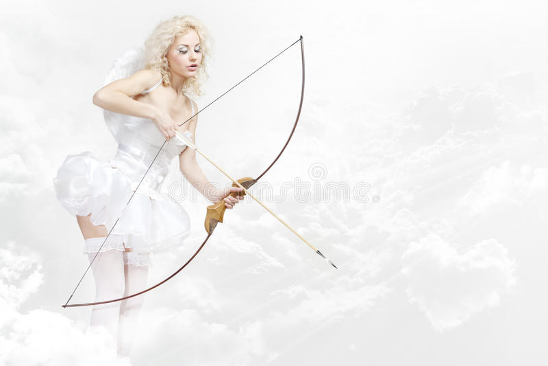 Młoda blond kobieta w anioła kostiumu zdjęcia stock