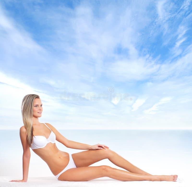 Download Młoda Blond Kobieta W Bikini Na Plaży Zdjęcie Stock - Obraz złożonej z nogi, gorący: 28962278
