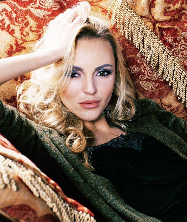 Młoda blond kobieta w luksusowym wnętrze sumy bogactwie, bogaci ludzie zdjęcia royalty free