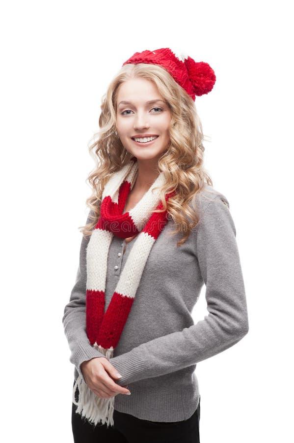 Młoda blond przypadkowa kobieta w czerwonym szaliku i kapeluszu fotografia stock