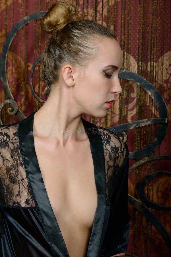 Młoda blondynka w czarnym negligee obrazy royalty free