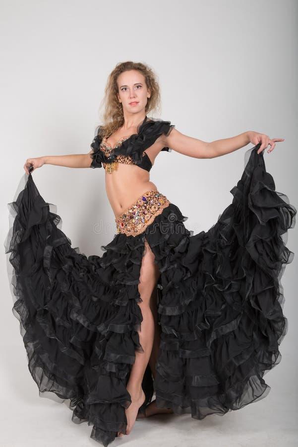 Młoda blondynka w sceny czarnych strojach fotografia royalty free