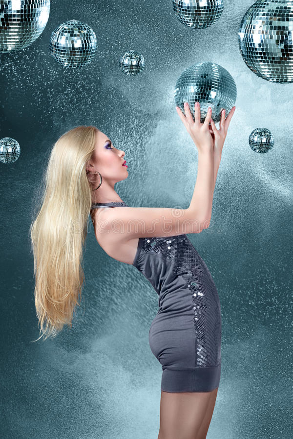 Młoda blondynki kobieta przy nocy dyskoteki klubem fotografia stock