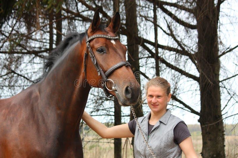 Młoda blondynki kobieta wpólnie i podpalany koń zdjęcie royalty free