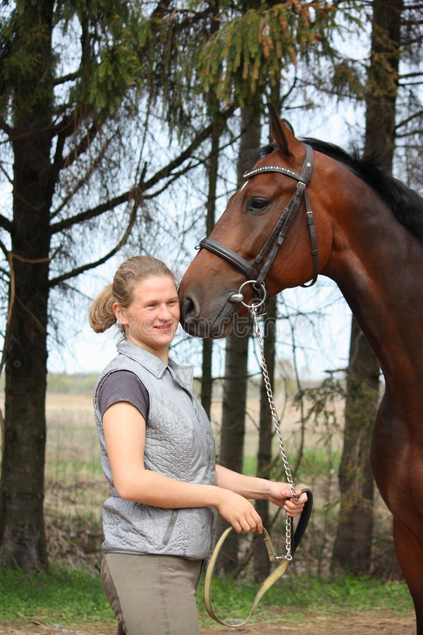 Młoda blondynki kobieta wpólnie i podpalany koń zdjęcia royalty free