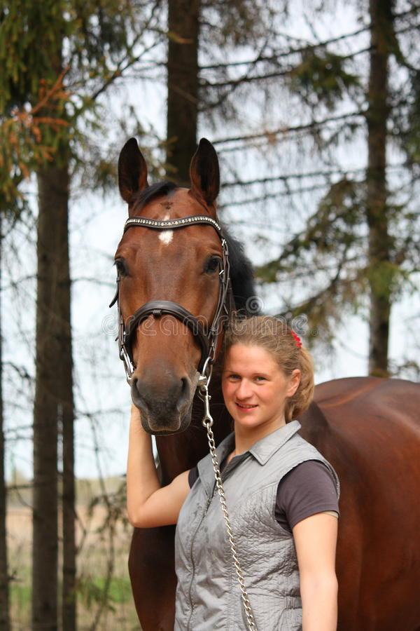 Młoda blondynki kobieta wpólnie i podpalany koń zdjęcie stock