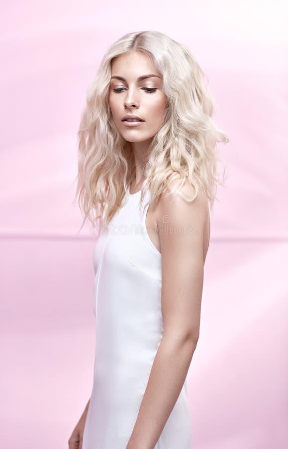 Młoda blondynki kobieta z bajecznie kędzierzawą fryzurą obrazy royalty free