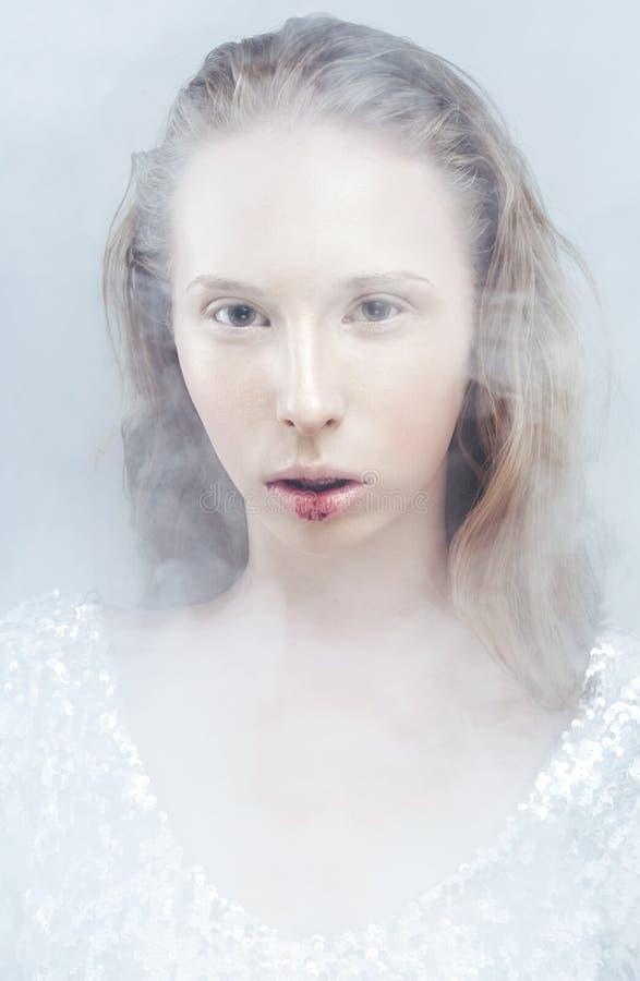 Młoda blondynki nastoletnia dziewczyna w bielu dymu z zdjęcie stock
