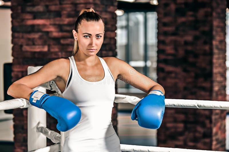Młoda bokser kobiety pozycja na ringowym i odpoczynkowym zdjęcie royalty free
