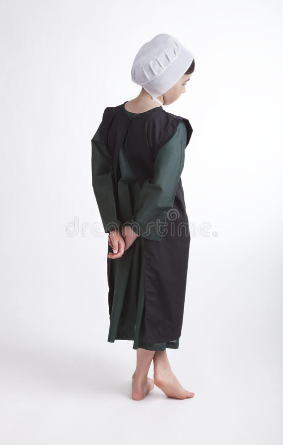 Młoda bosa Amish dziewczyna odizolowywająca na tle zdjęcie stock