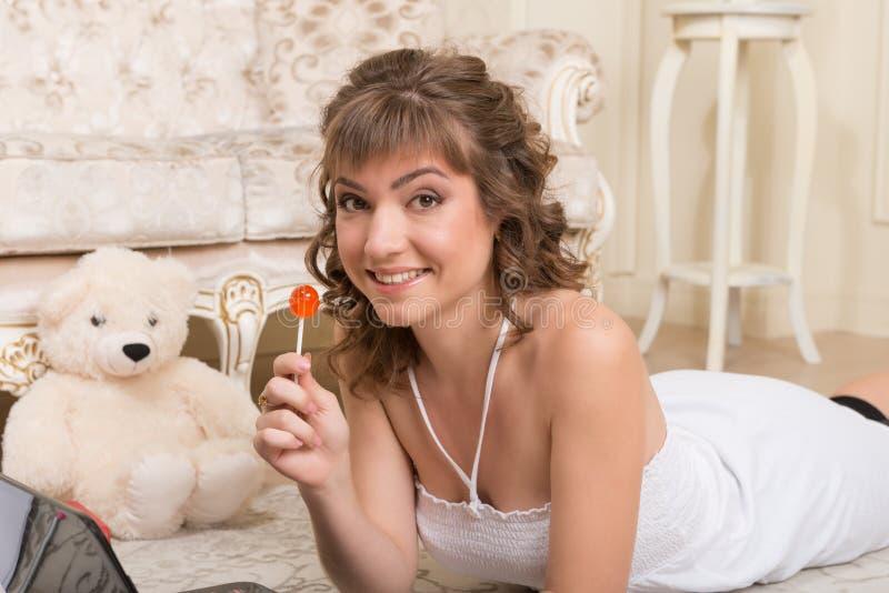 Młoda brązowowłosa kobieta z laptopem obrazy royalty free