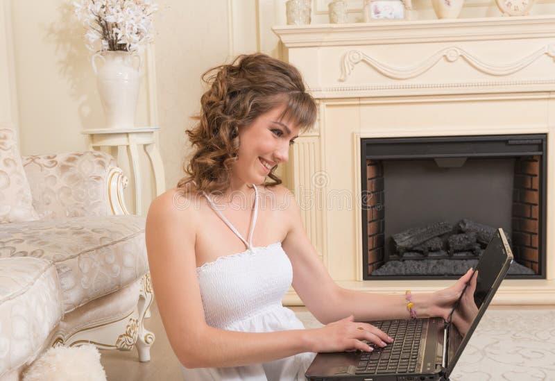 Młoda brązowowłosa kobieta z laptopem zdjęcie royalty free